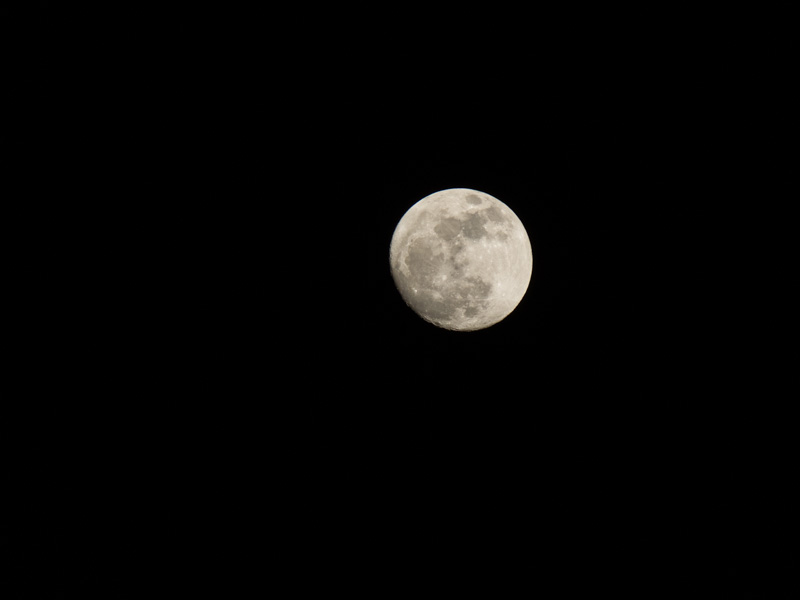 Photo of the moon using 600mm lens or 25x zoom